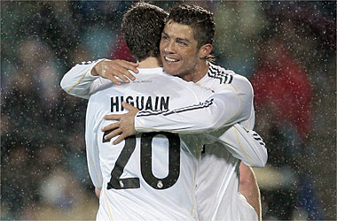 El Madrid gana 2-4 y sigue lider