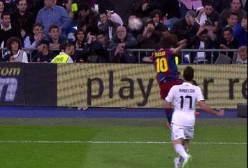 Pelotazo de Messi al publico del Bernabeu