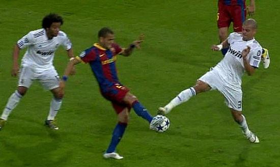 Pepe no llega a tocar a Alves