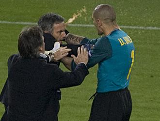 Mourinho saltó a celebrarlo y Víctor Valdés le agarró del cuello